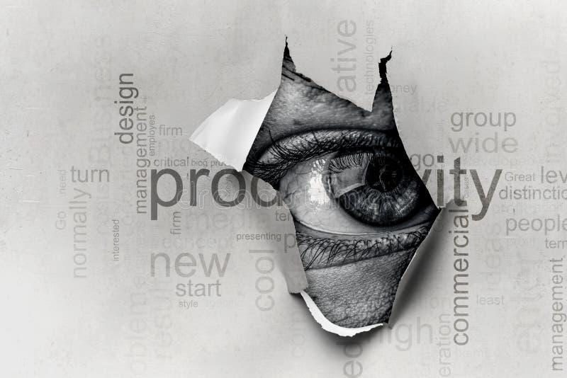 Oeil dans un trou de papier d?chir? image libre de droits