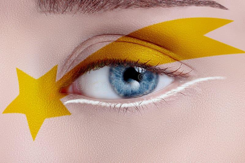 Oeil de femme avec le beau maquillage photos stock