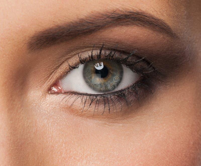 Oeil de femme avec le renivellement photographie stock libre de droits