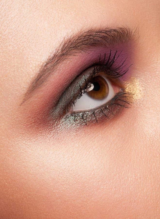 Oeil de femme avec le renivellement image libre de droits