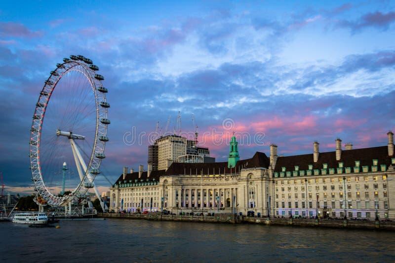 Oeil de Londres avec un County Hall photographie stock libre de droits