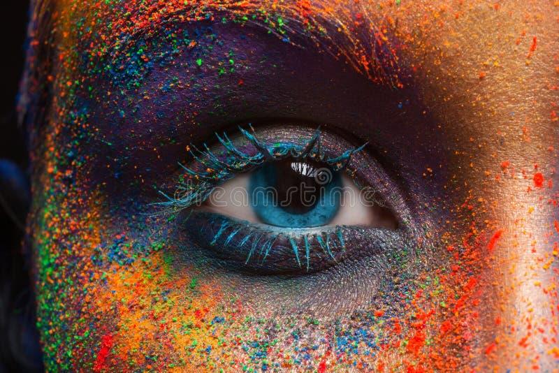Oeil de modèle avec le maquillage coloré d'art, plan rapproché photos stock