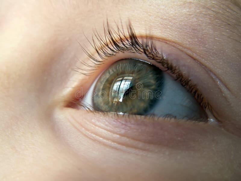 Oeil du plan rapproché d'enfant photographie stock