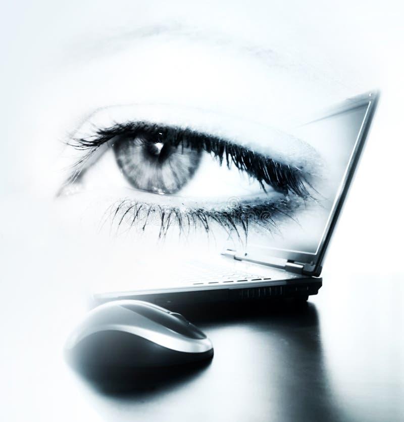 oeil et ordinateur portatif image stock