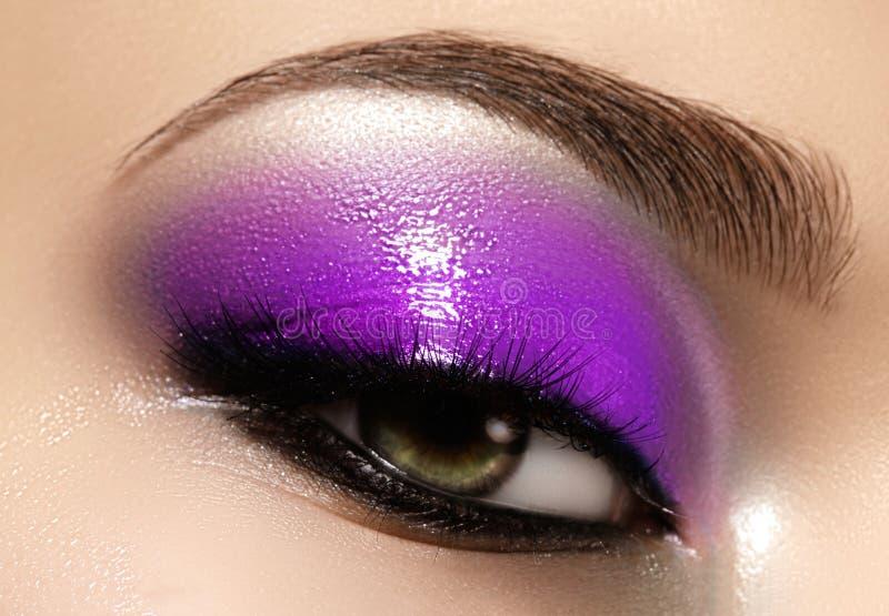 Oeil femelle de plan rapproché avec le maquillage lumineux de belle mode Le beau fard à paupières bleu brillant, a mouillé le sci images libres de droits