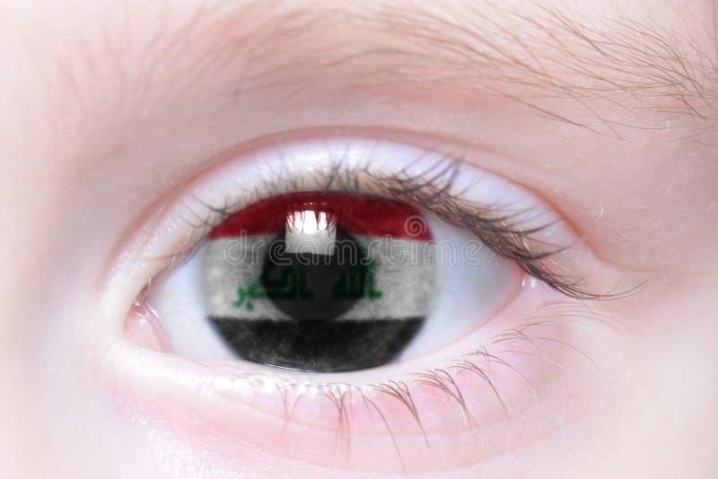 Oeil humain avec le drapeau national de l'Irak images libres de droits