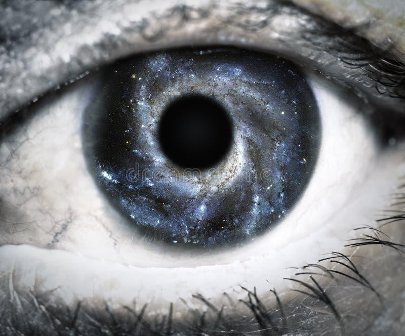 Oeil humain regardant en univers images libres de droits