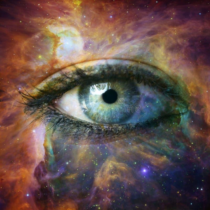 Oeil humain regardant en univers - ?l?ments de cette image meubl?s par la NASA photos stock