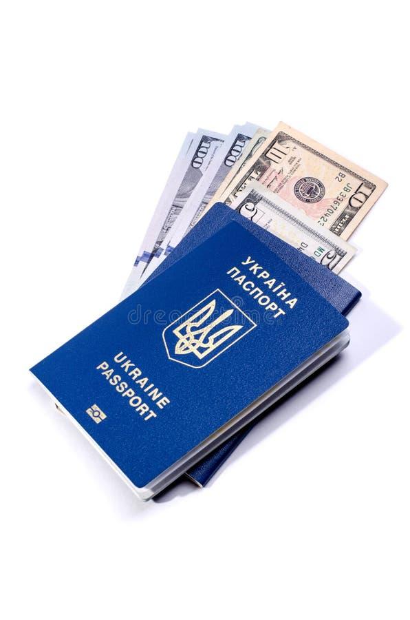 Oekraïens biometrisch paspoort en geld binnen het Identiteitskaart-document dat op een wit wordt geïsoleerd stock afbeelding