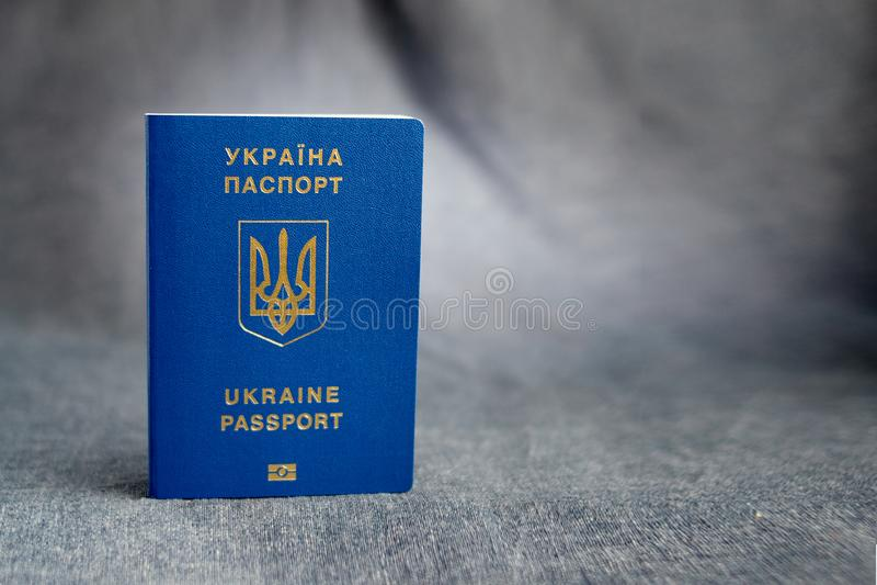 Oekraïens biometrisch paspoort op een grijze achtergrond stock fotografie