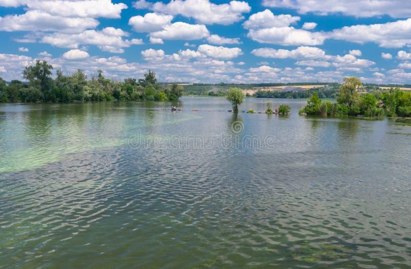 Oekraïens de zomerlandschap met de rivier van Dniepr stock afbeelding