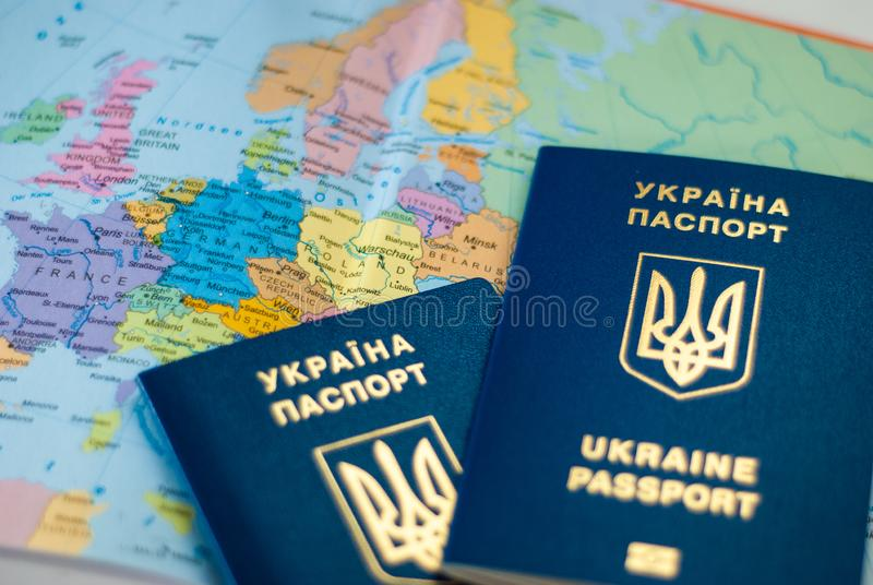 Oekraïens internationaal biometrisch paspoort op een kaartachtergrond stock afbeeldingen