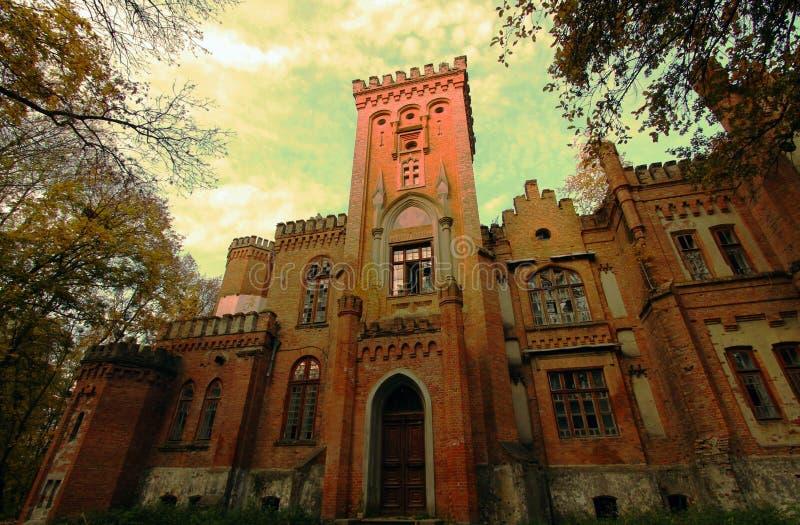 Oekraïens neogotisch kasteel van Poolse magnaten in het dorp van Leskovo stock afbeeldingen