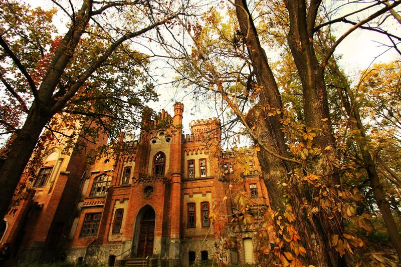 Oekraïens neogotisch kasteel van Poolse magnaten in het dorp van Leskovo stock foto