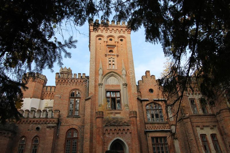 Oekraïens neogotisch kasteel van Poolse magnaten in het dorp van Leskovo stock afbeelding