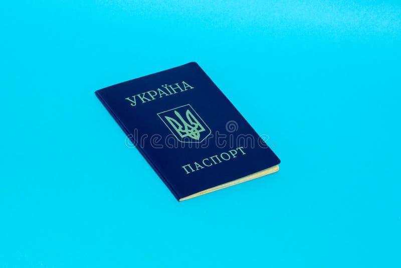 Oekraïens paspoort op een blauwe achtergrond Hoogste mening royalty-vrije stock afbeelding