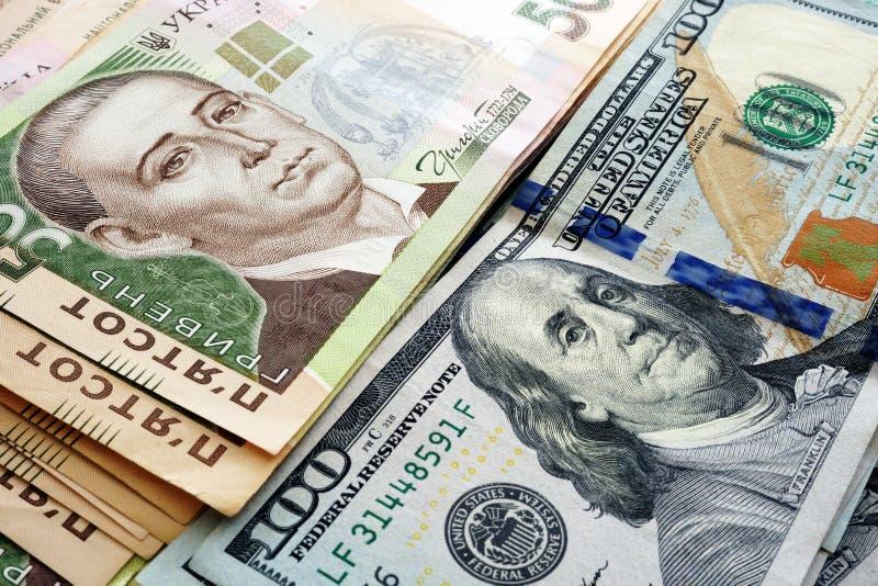 Oekraïense contant geldhryvnia en dollars de V.S. MuntWisselkoers royalty-vrije stock foto