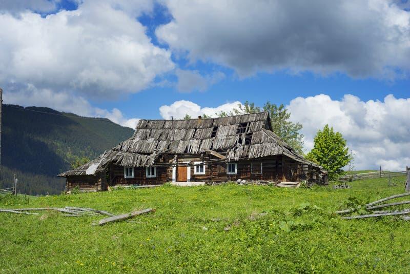 Oekraïense geruïneerde huizen in de Karpaten stock afbeelding