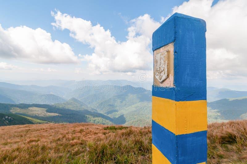 Oekraïense grenspijler in Carpatian-bergen, als symbool van visum-vrij regime met Europa De open Oekraïne en Europees royalty-vrije stock foto