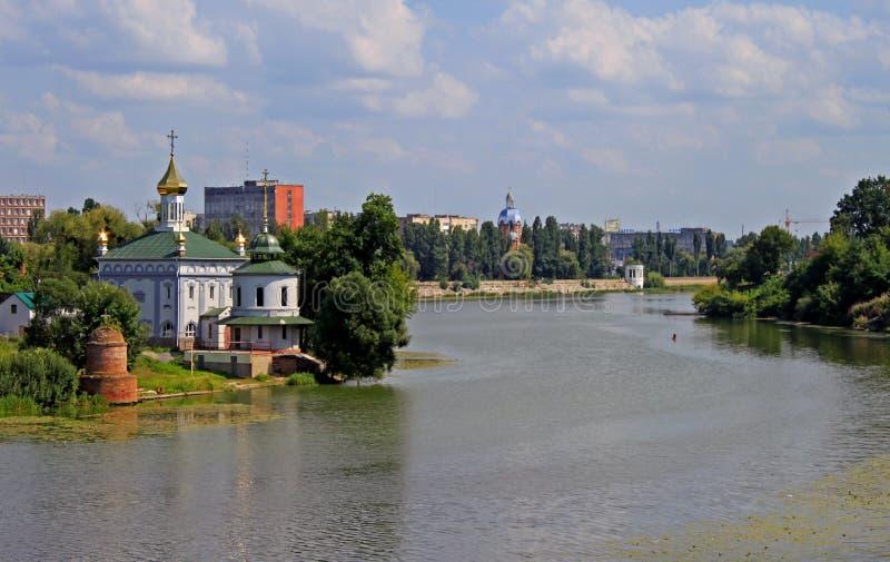 Oekraïense kerk dichtbij rivier in de zomer royalty-vrije stock foto's