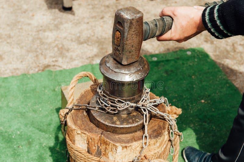 Oekraïense Kozak die een grote hamer houden royalty-vrije stock fotografie