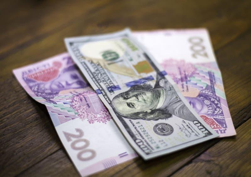 Oekraïense munt aan Amerikaanse dollar stock foto