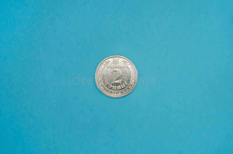 Oekraïense munt, nominale waarde 2 hryvnia op een blauwe achtergrond Weergeven vanaf boven stock foto's