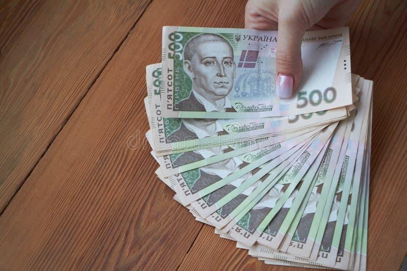 Oekraïense nationale valuta, rekeningen van verschillende waarden, de berekening tussen mensen, de overdracht van geld royalty-vrije stock foto's