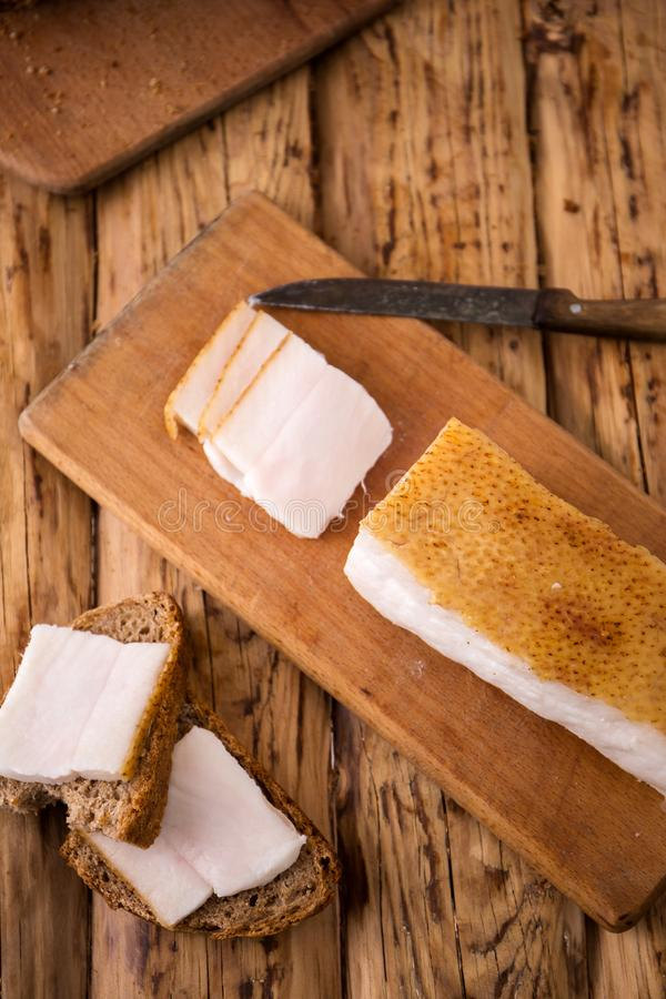 Oekraïense sandwich met bacon op de raad stock foto