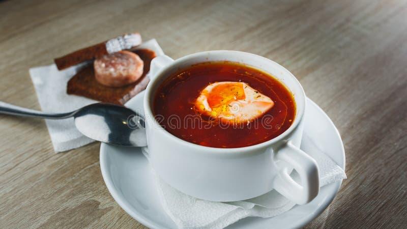 Oekraïense traditionele borsjt Russische vegetarische rode soep in witte kom op rode houten achtergrond Hoogste mening Borscht, b royalty-vrije stock foto