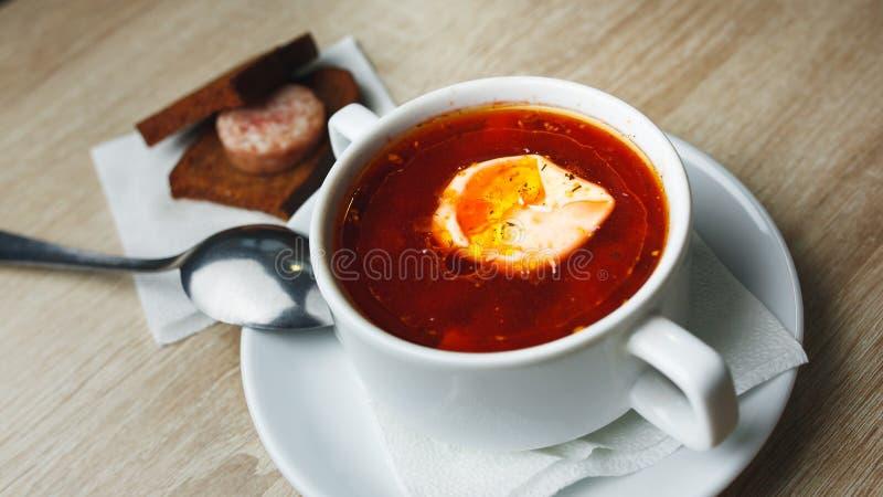 Oekraïense traditionele borsjt Russische vegetarische rode soep in witte kom op rode houten achtergrond Hoogste mening Borscht, b royalty-vrije stock foto's