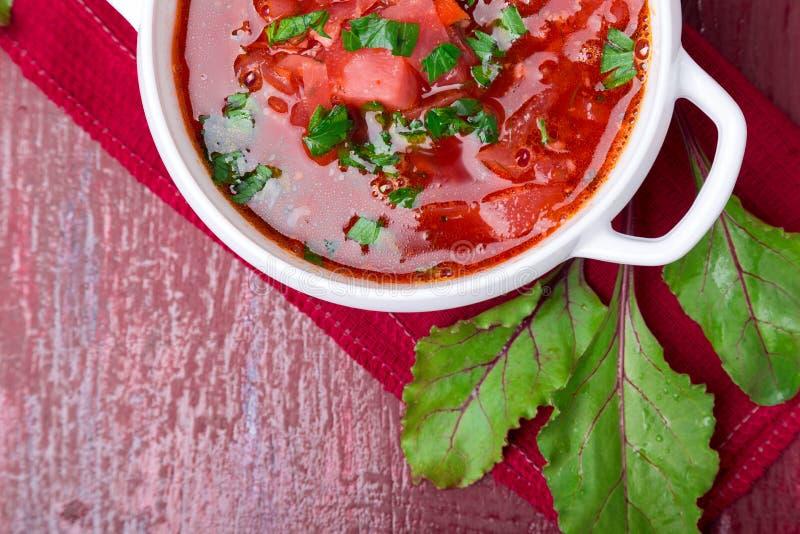 Oekraïense traditionele borsjt Russische vegetarische rode soep in witte kom op rode houten achtergrond Hoogste mening Borscht, b royalty-vrije stock afbeelding