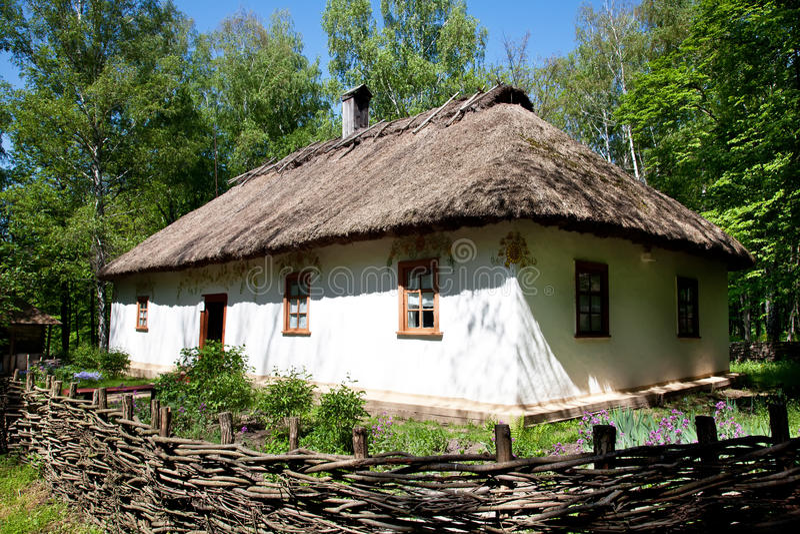 Oekraïense traditionele hut stock afbeeldingen