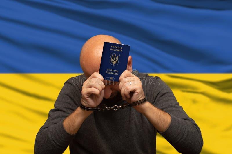 Oekraïense vastgehouden en de handboeien om:doen immigrant, beleidsnieuws stock foto