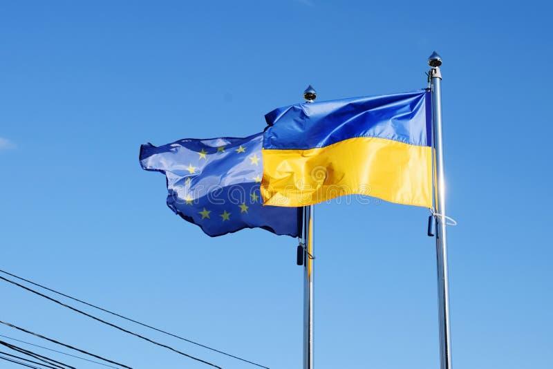Oekraïense vlag en Europese Unie vlag stock afbeeldingen
