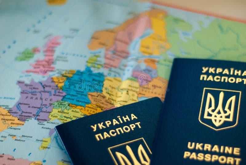 Oekra?ens internationaal biometrisch paspoort op een kaartachtergrond royalty-vrije stock afbeeldingen