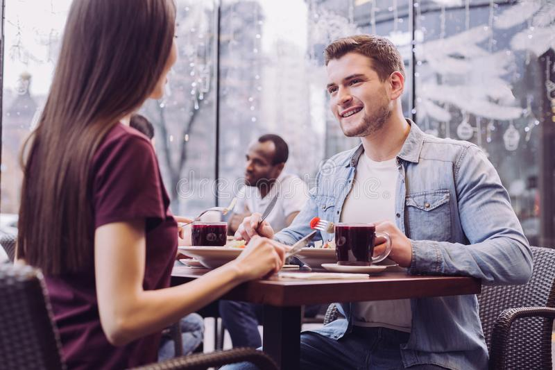 Oemotståndliga lyckliga par som besöker kafét arkivbilder