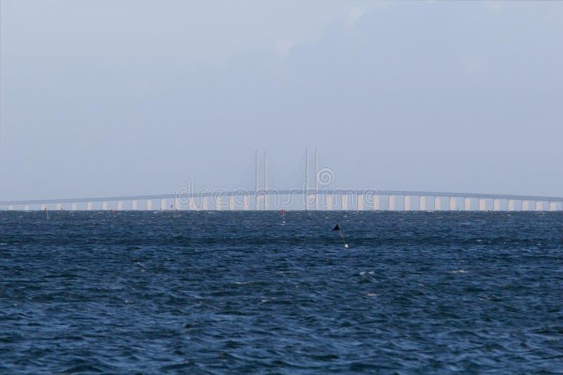 Oeresundsbroen entre le Danemark et la Suède images stock
