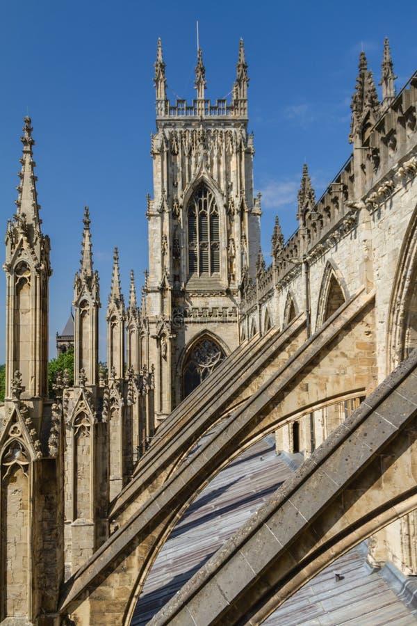 Oerhörd sikt av flygstöden och de arkitektoniska detaljerna av den York domkyrkadomkyrkan i Yorkshire, England royaltyfri bild
