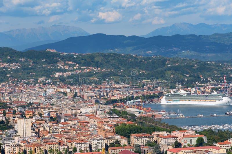 Oerhörd vårsikt av port av den LaSpezia staden Solig morgonplats av medelhavet, Liguria, Italien, Europa royaltyfri foto