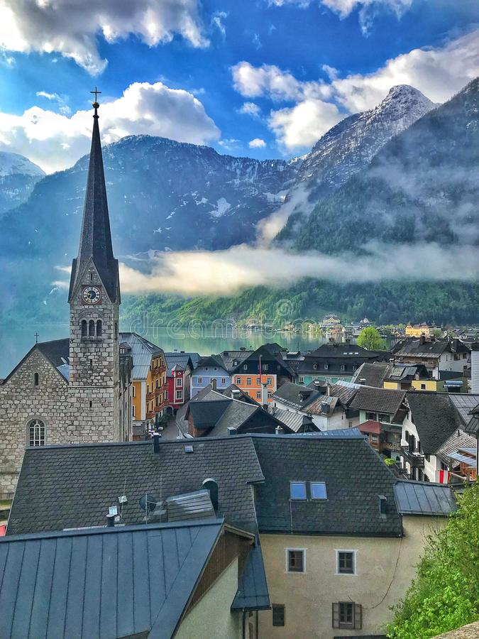 Oerhörda moln över en liten by royaltyfri foto