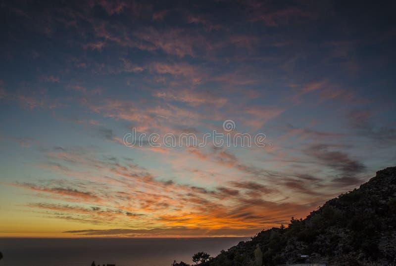 Oerhörda Turkiet, den tonade solnedgången fördunklar över havet fotografering för bildbyråer