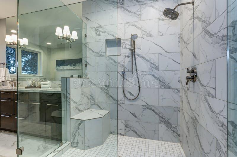 Oerhört ledar- badrum med surround för Carrara marmortegelplatta royaltyfria bilder