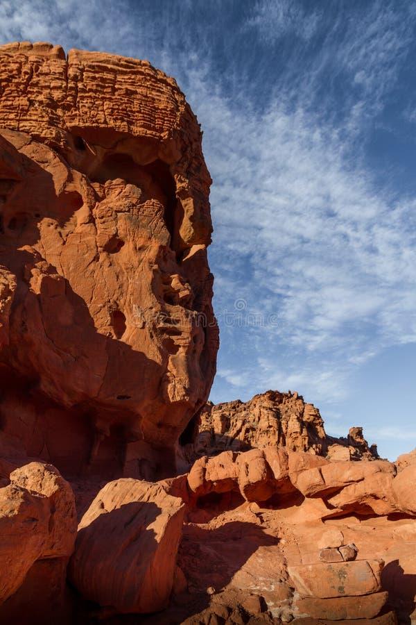 Oerhört vagga bildande som ser som en framsida eller en Buddha i dalen av branddelstatsparken nära Las Vegas, Nevada arkivbild