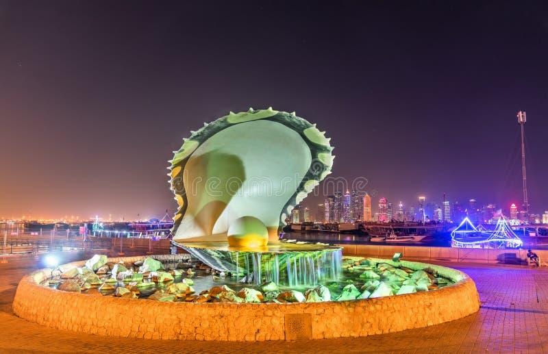 Oester en Parelfontein op Corniche-Kustpromenade in Doha, Qatar stock afbeelding