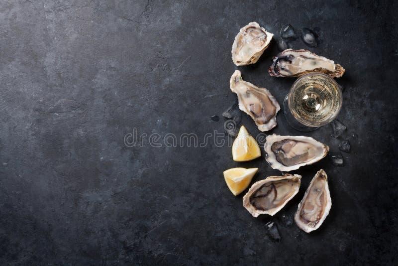Oesters met citroen en witte wijn royalty-vrije stock afbeelding