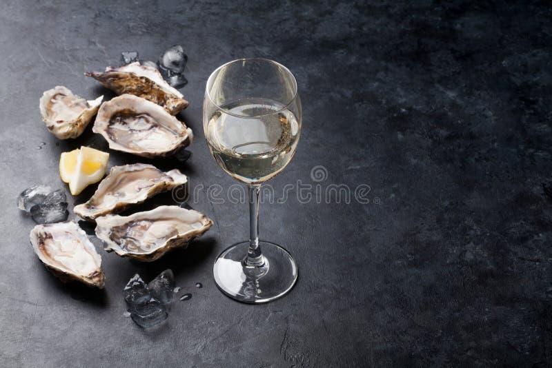 Oesters met citroen en witte wijn stock fotografie