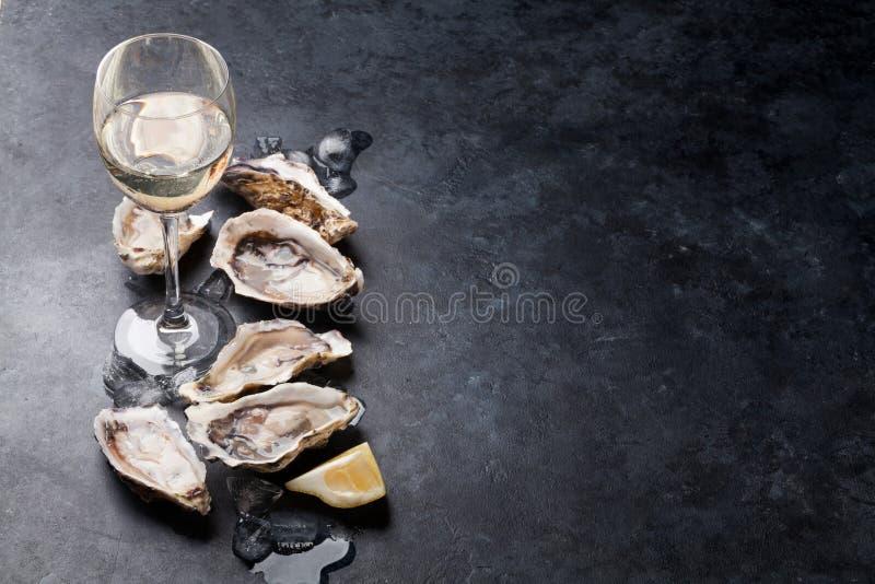 Oesters met citroen en witte wijn stock foto