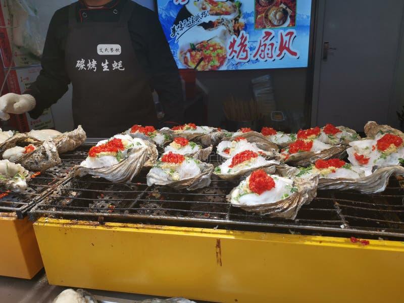 Oestersbbq - de Straat van Furong van het Straatvoedsel @, Jinan Shandong China stock afbeelding