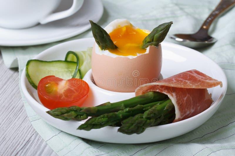 Oeuf à la coque avec l'asperge, le jambon et le plan rapproché verts de légumes image stock